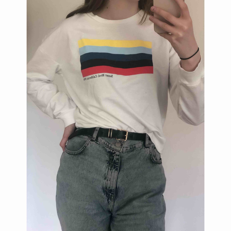 ✨ Vit sweatshirt från Forever 21. Använd någon enstaka gång, så den är i nyskick. Köparen står för frakten ✨. Huvtröjor & Träningströjor.