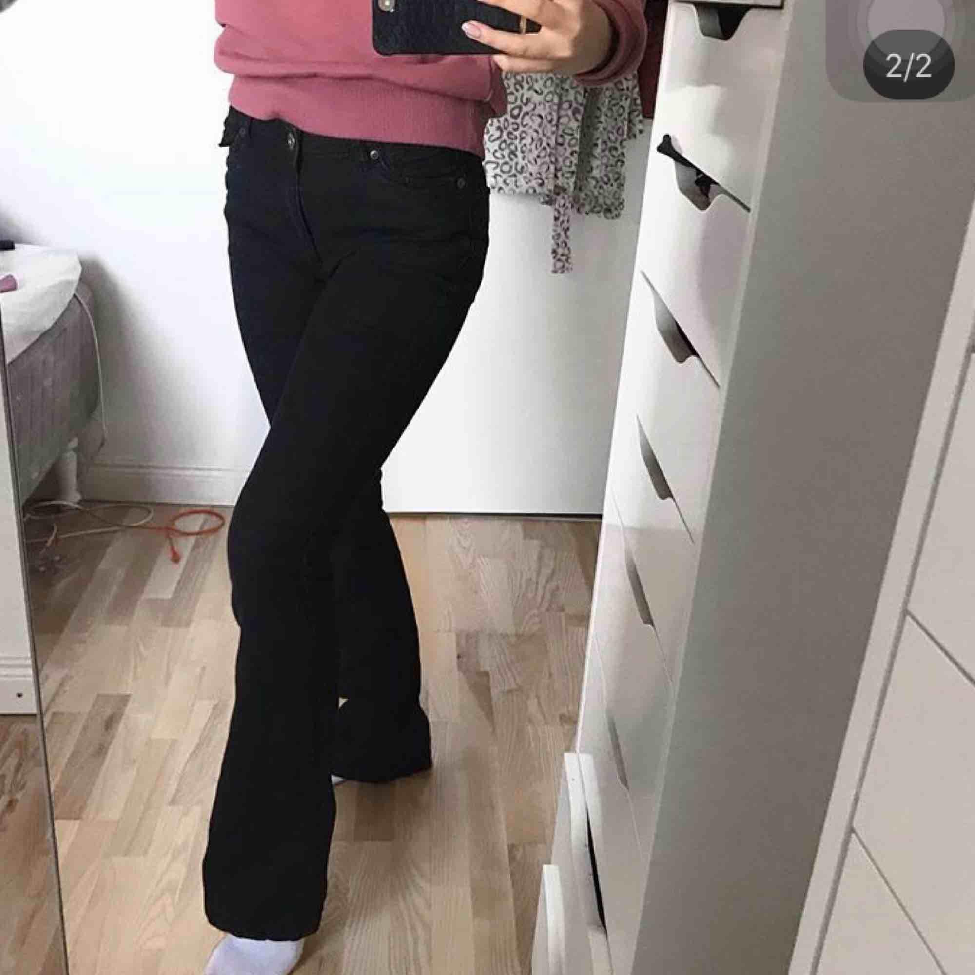 Superfina svarta bootcut jeans, storlek 34 men skulle säga 36! 🖤. Jeans & Byxor.