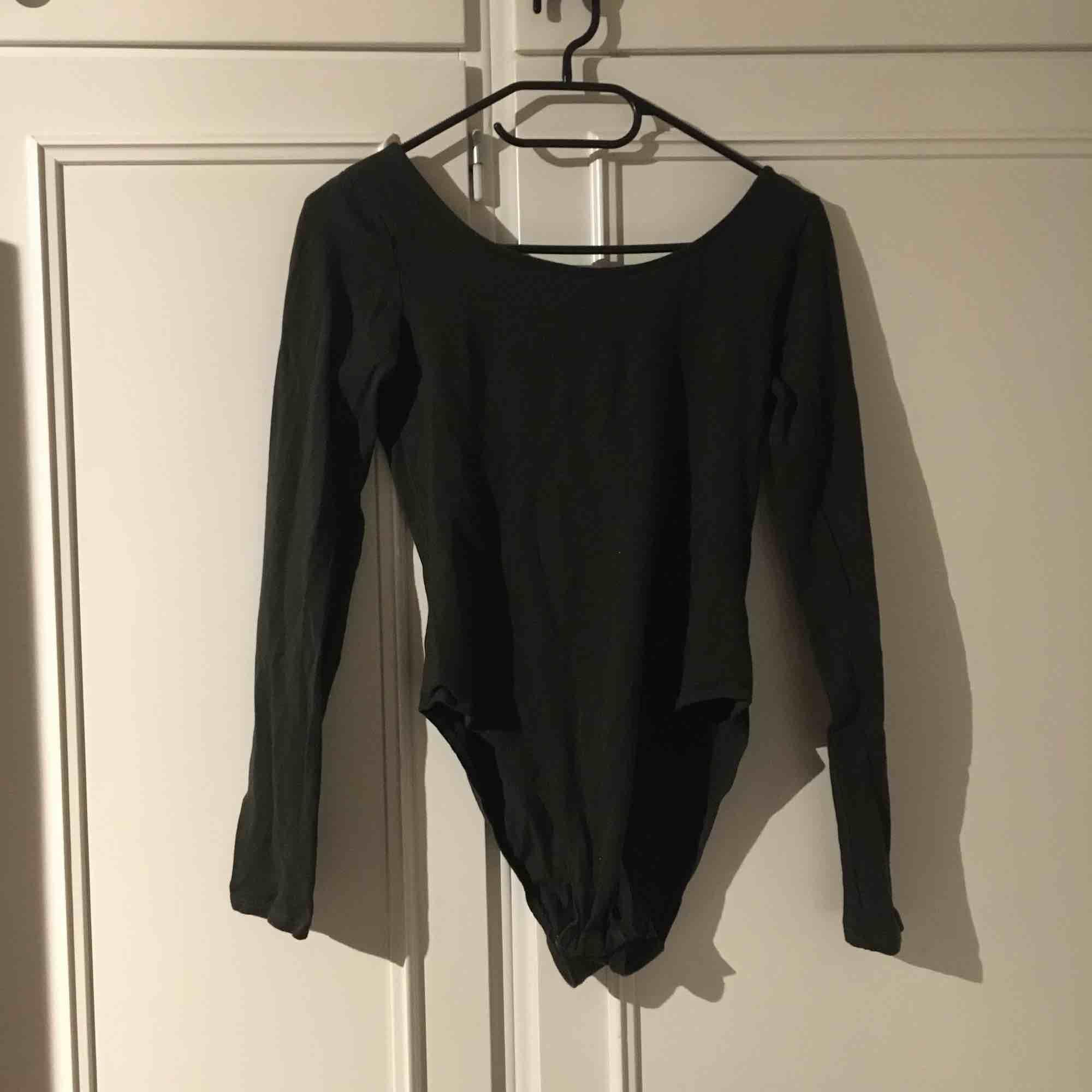 Snygg mörkgrön bodysuit från H&M, aldrig använd! Sista bilden visar färgen bäst, frakten är inkluderad!. Skjortor.