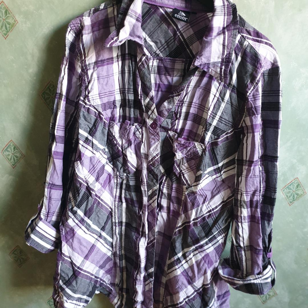 Lila skjorta, designad utan översta knapparna och insydd i kanterna. Frakt inte inkluderad.. Skjortor.
