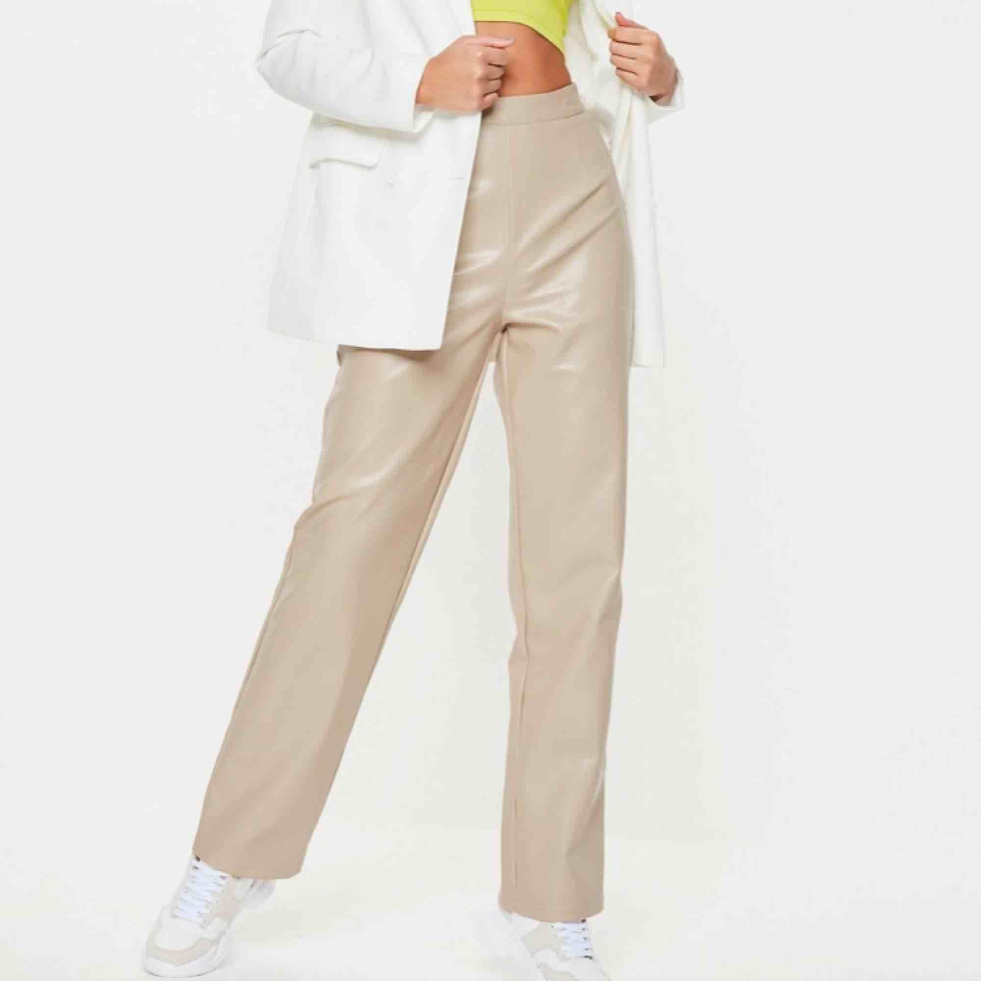 Beiga skinnbyxor med raka ben från missguided. Aldrig använda. Storlek 34, lång i benen och höga i midjan. . Jeans & Byxor.
