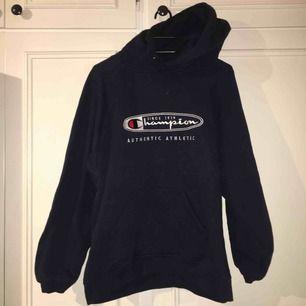 Begagnad mörkblå champion hoodie, jättefint skick! Sitter bra på mig som är en small också :) frakten är inkluderad!