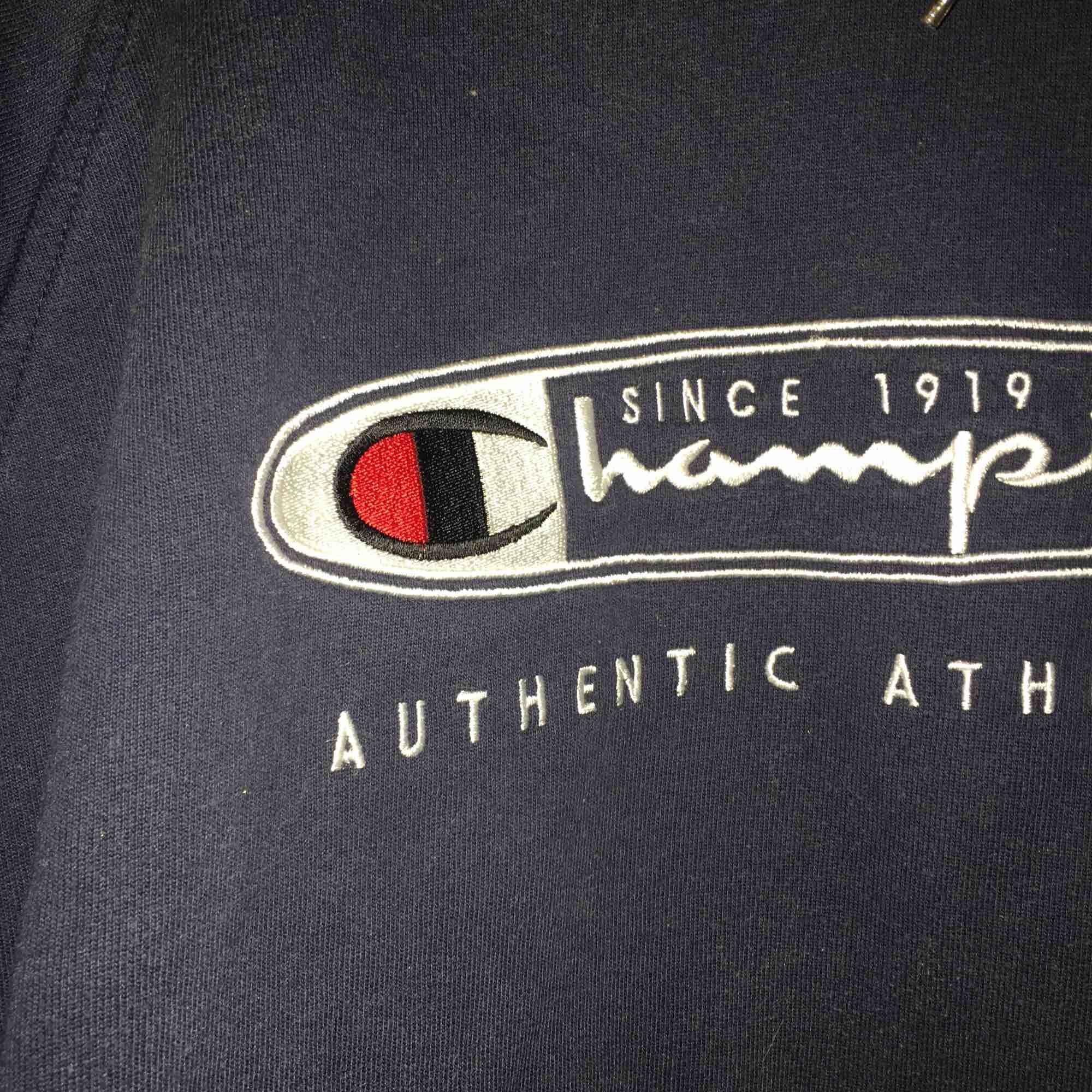 Begagnad mörkblå champion hoodie, jättefint skick! Sitter bra på mig som är en small också :) frakten är inkluderad!. Huvtröjor & Träningströjor.