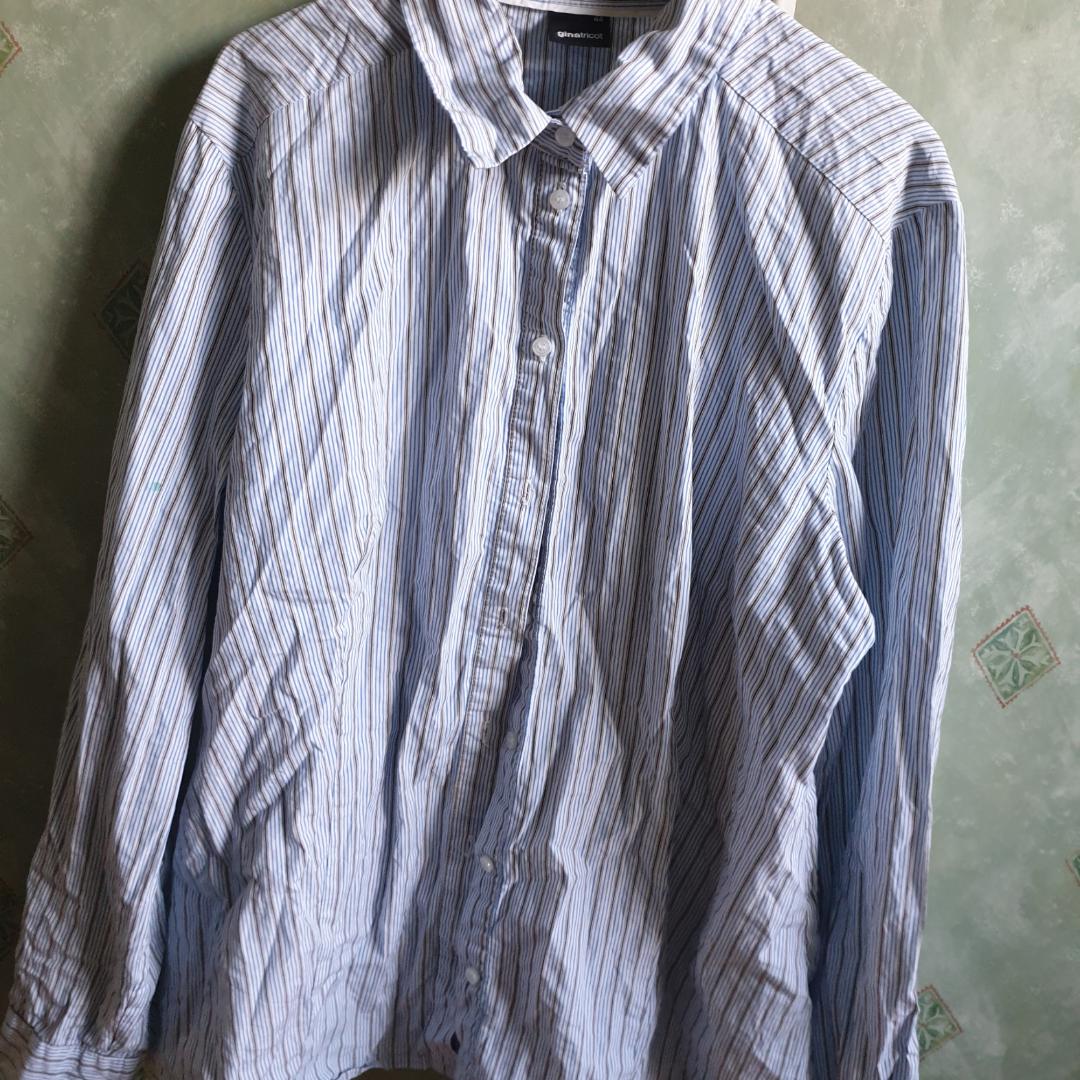 Blå och vit randig skjorta. Frakt inte inkluderad men priset går att diskuteras.. Skjortor.