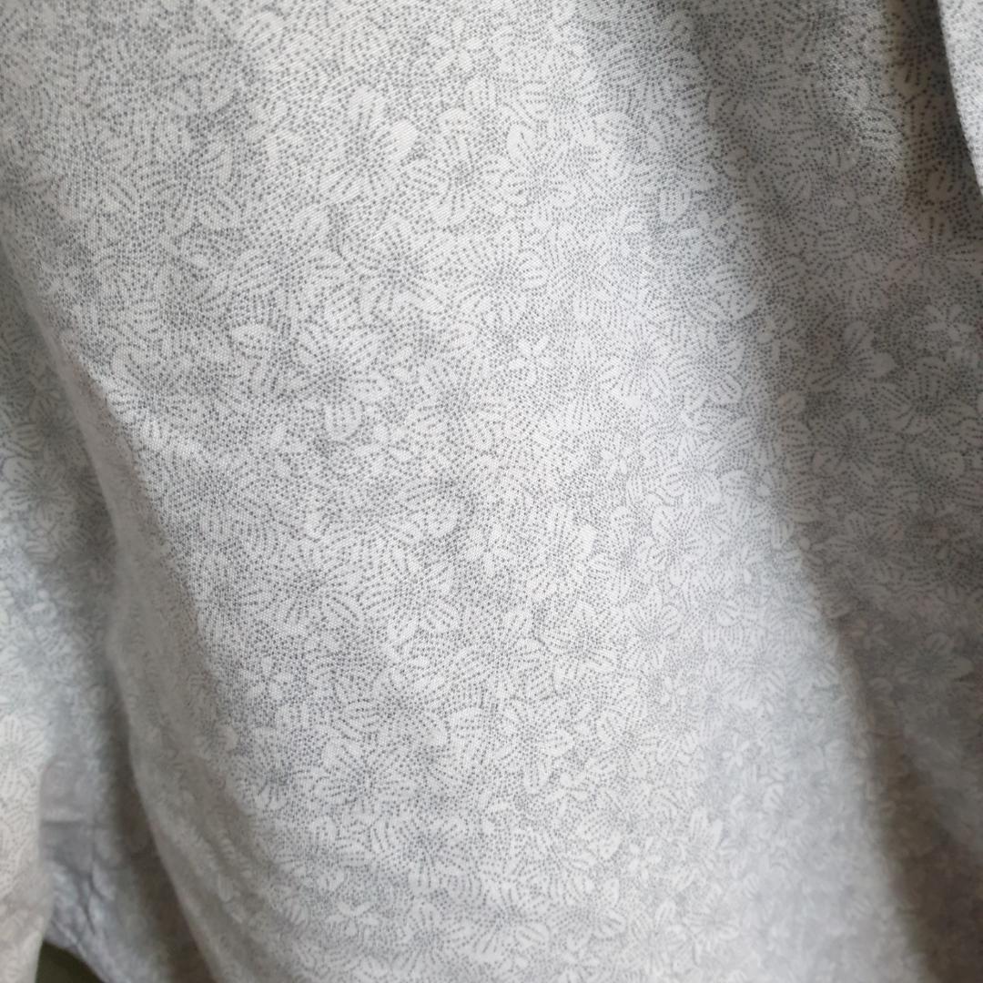 Oversized ljusblå mönstrad skjorta. Blommig när man ser den på nära håll. Snygg med uppkavlade ärmar. Priset går att diskutera och frakt är inte inkluderat.. Skjortor.