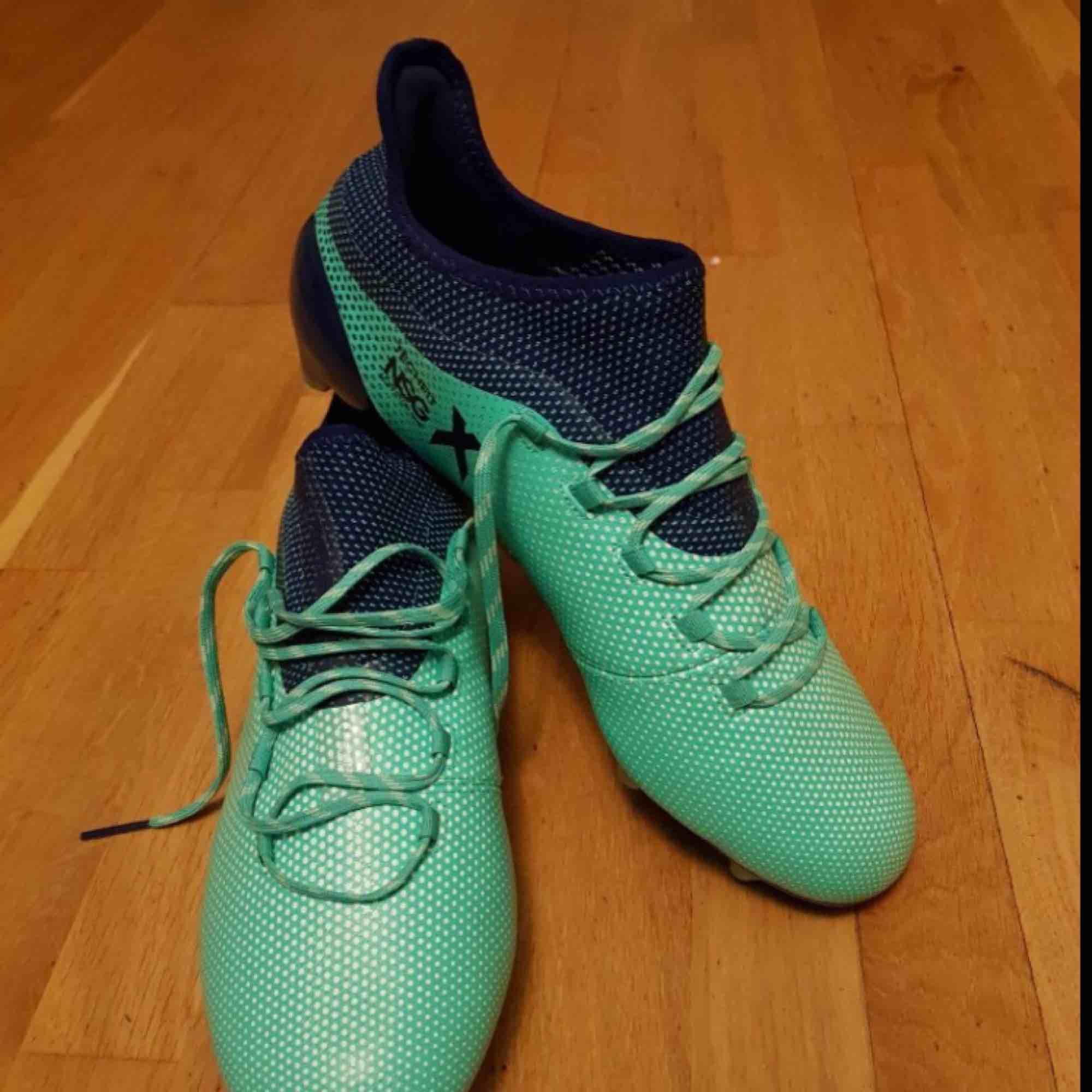 Jag fick skorna i present men det var fel storlek!!  Nypris: 2199kr Säljer för: 1200kr. Skor.
