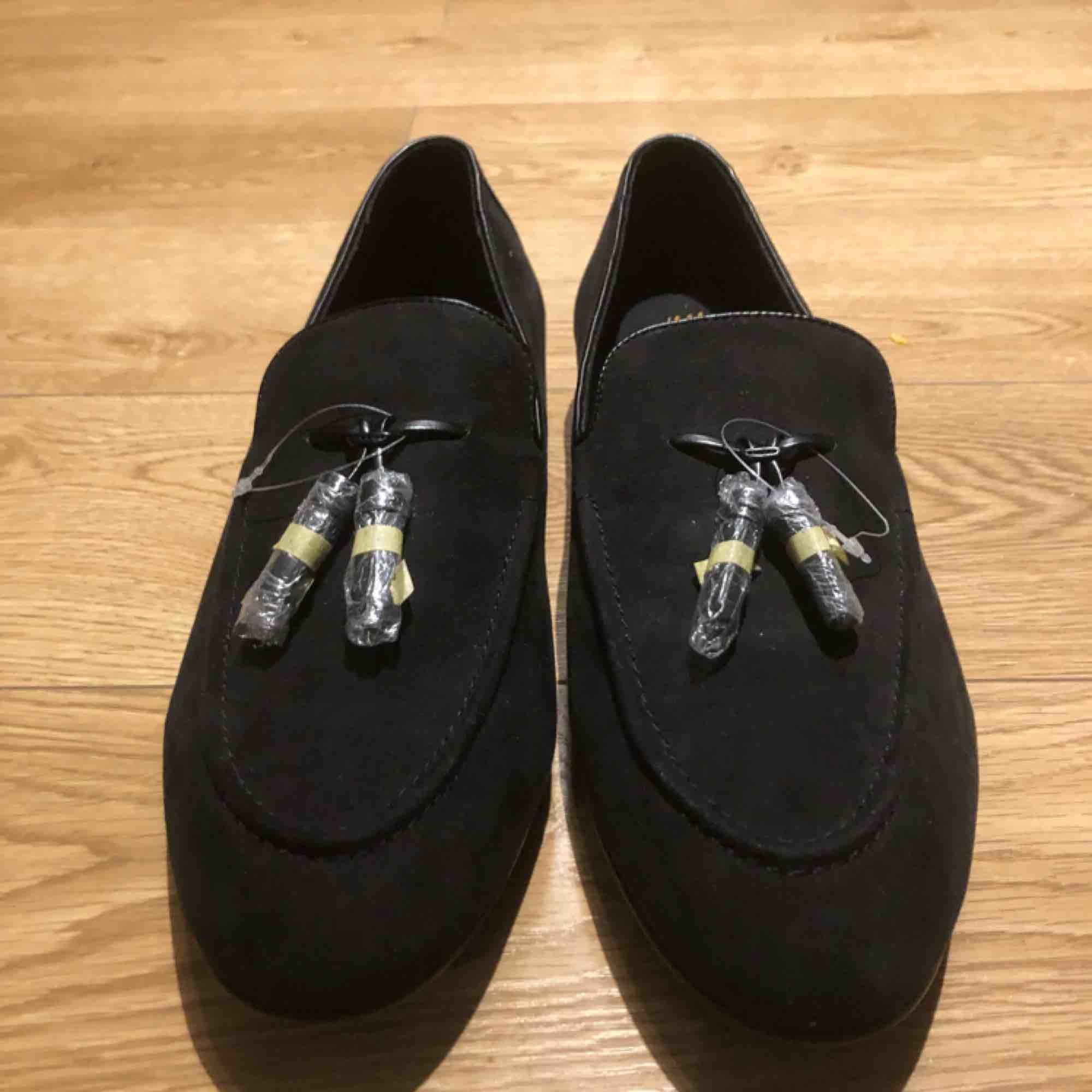 Oanvända svarta loafers i strl 44.. Skor.