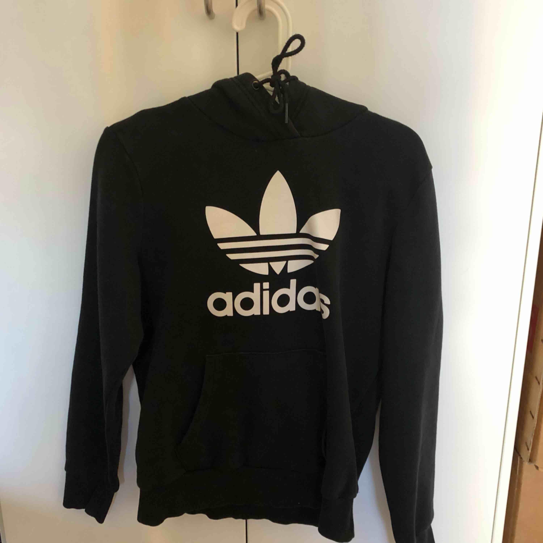 Äkta adidas hoodie i färgen svart & strl S, säljes pågrund av inte min stil längre . Huvtröjor & Träningströjor.