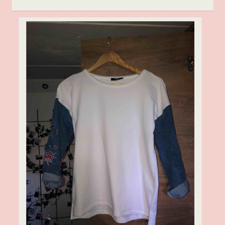 Unik och cool tröja köpt i Riga. Sjukt snygg att matcha med blåa jeans. Bra skick använd 1 gång. Frakt ingår i priset. Huvtröjor & Träningströjor.