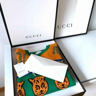 Säljer en helt ny och oanvänd tröja från Gucci. Fantastisk ullblandad kvalité. Passar en klassisk XS. (Jag är 163 cm och vanligtvis storlek 34).  Mått: Arm: 54 cm Bröst: 44 cm Längd: 60 cm. Kartong och påse medföljer självklart.