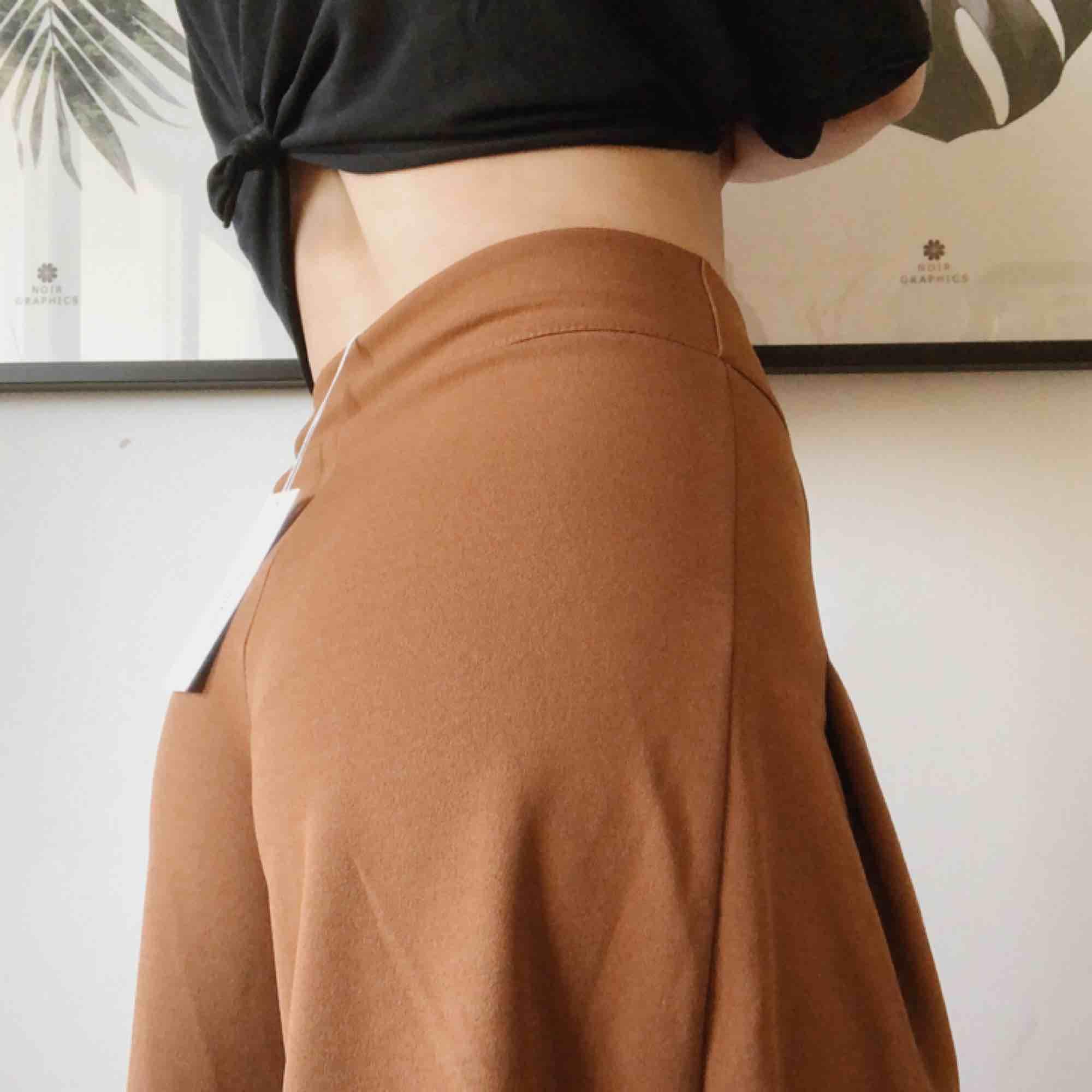 Frakt ingår i priset!  Jättefina byxor som aldrig är använda, prislapp kvar! Stretchiga, sköna och så snygga!! 🤩 Innerbenslängd 70 cm Ytterbenslängd 99 cm  Ord. Pris 549:-  95% polyester  5% elastan. Jeans & Byxor.