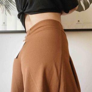 Frakt ingår i priset!  Jättefina byxor som aldrig är använda, prislapp kvar! Stretchiga, sköna och så snygga!! 🤩 Innerbenslängd 70 cm Ytterbenslängd 99 cm  Ord. Pris 549:-  95% polyester  5% elastan
