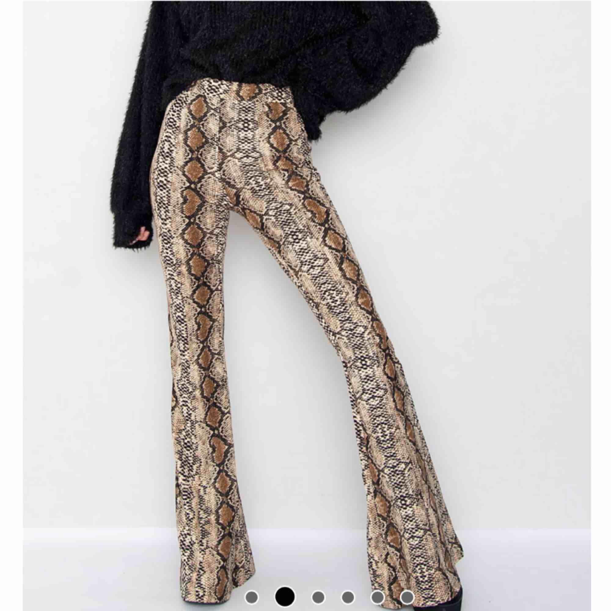 Snakeprint byxor från JFR strl S, använda 1 gång. Dem är högmidjade och har slittsar (?) på bägge smalbenen. Nytt pris 499kr, säljer för 100kr. Frakten ligger på 69kr. Jeans & Byxor.