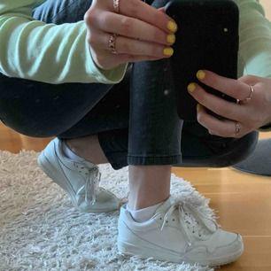 Vita sneakers från Dinsko strl 37/38, använda några ggr och har lite slitningar vid snöret på ena foten, men är annars i bra skick.  Nytt pris 399?? Säljer för 80kr. Köpare står för frakt!