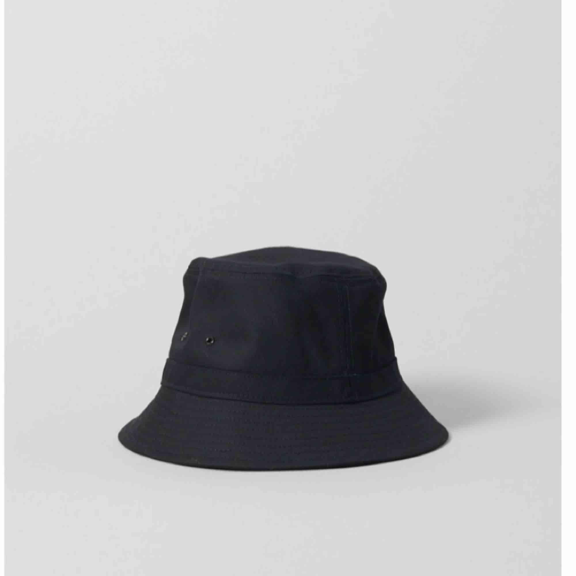 Helt oanvänd bucket hat från weekday! Köptes för 150 kr, och säljes pga ångrade mig men tog inte kvitto. 💕 (skriv för fler bilder). Övrigt.