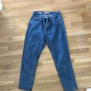 Mörkblåa jeans från pull and bear. Frakt tillkommer