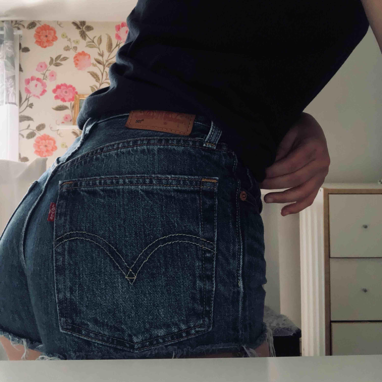 Fina Levis shorts som nu inte längre kommer till användning. Precis som nya. Ord pris 599kr🌸. Jeans & Byxor.