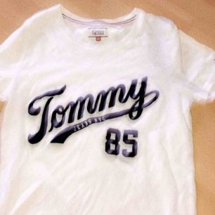 Äkta Tommy hilfiger tröja. Knappt använd och kommer inte till användning mer. Ors pris: 299kr🌸