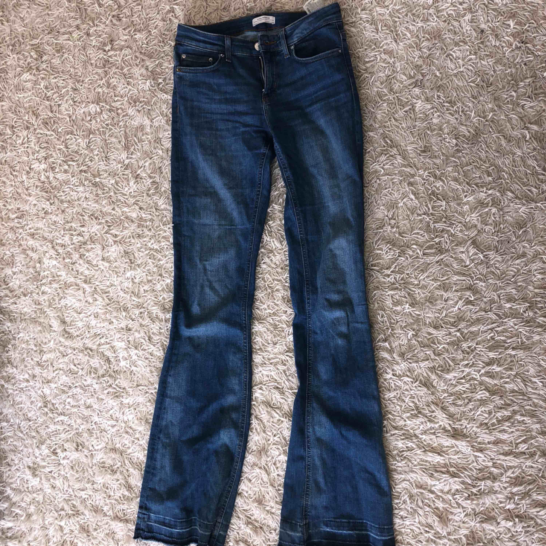 Blåa bootcutjeans från Zara. finns inte längre i butik! Nyskick🥰. Jeans & Byxor.