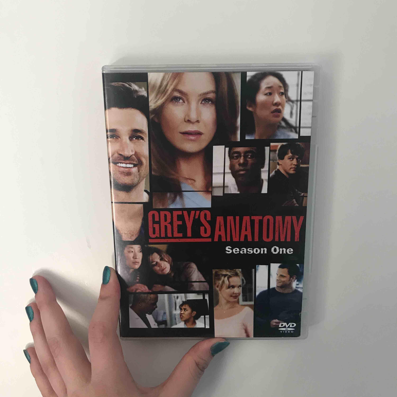 Greys Anatomy säsong 1. Säljer då jag sett klart den, Nypris ca 100kr men säljer för 25kr. Möts i Stockholm.. Övrigt.