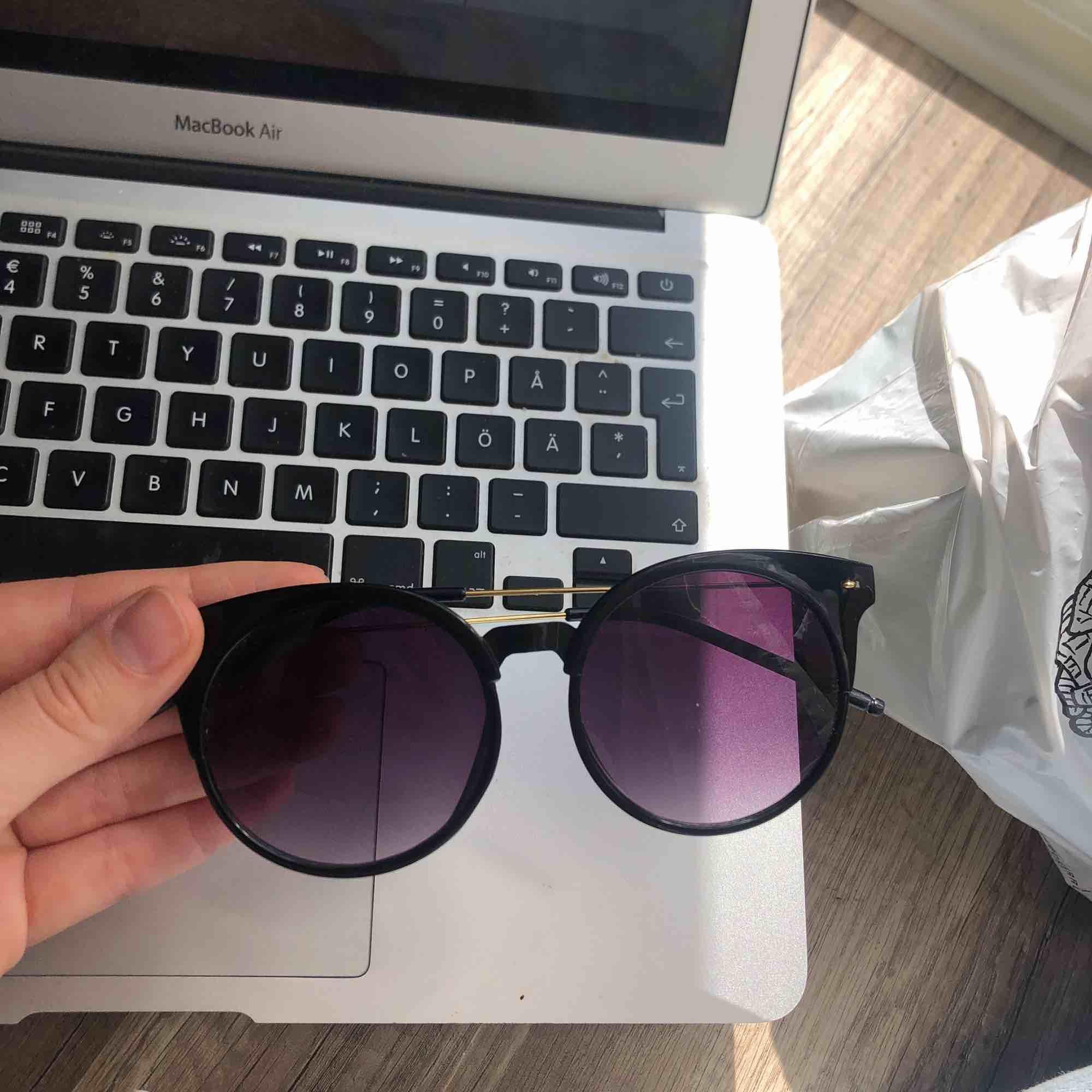 Fri frakt! Solglasögon i perfekt skick 🌞 . Accessoarer.