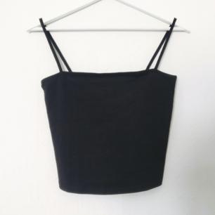 Enkel svart cropped linne oanvänd ✨  Har dock klippt bort alla lappar men annars helt fräsch!! Fri frakt 💌  *Halsbandet går också att köpa!