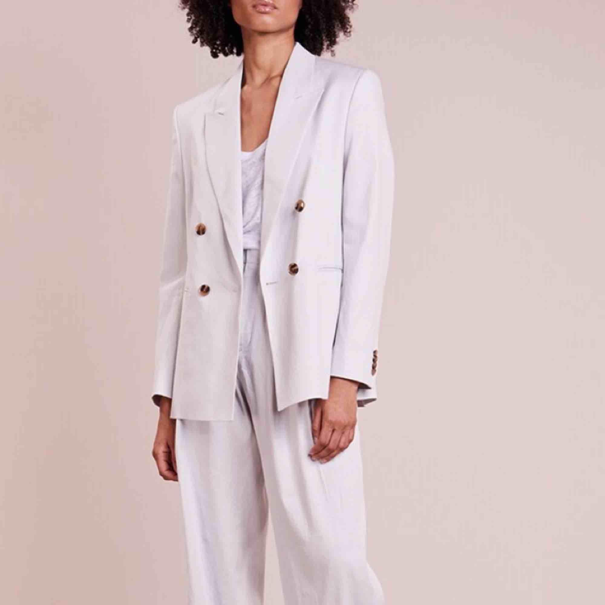 Säljer min Filippa K kostym, Katie mineral, då den inte kommer till användning. Den är helt oanvänd och köpt ny. Finns inte längre att köpa. Både kavaj och byxor! . Kostymer.