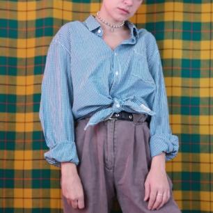 Jättesnygg smårutig skjorta från esprit. Storlek XL i herrstorlek, går att ha oversized. Frakten för denna ligger på 36 kr, samfraktar gärna😊👍 (mer fraktkostnad kan tillkomma vid köp av flertalet varor)