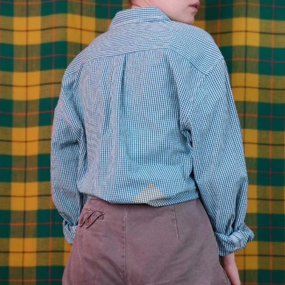 Jättesnygg smårutig skjorta från esprit. Storlek XL i herrstorlek, går att ha oversized. Frakten för denna ligger på 36 kr, samfraktar gärna😊👍 (mer fraktkostnad kan tillkomma vid köp av flertalet varor) . Skjortor.