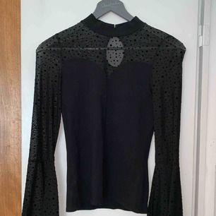 Fin halv transparent prickig tröja i storlek XS. Använt fåtal gånger. DM för mer bilder
