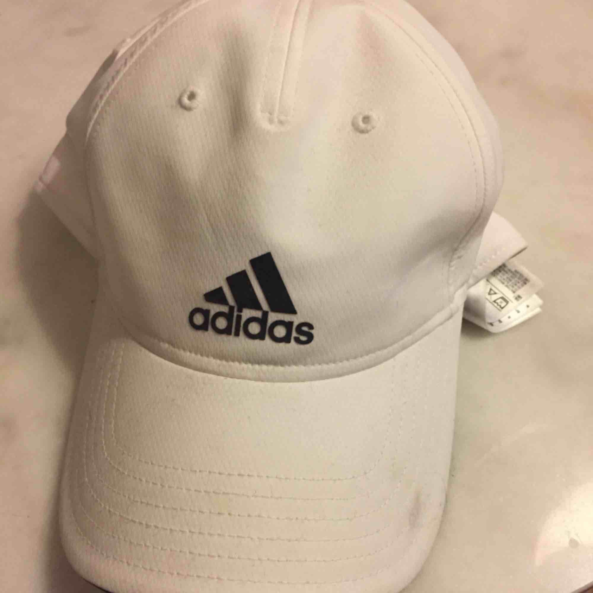 Adidas keps, har en liten fläck som syns i bilden. Möts upp i Stockholm eller skickas då köparen betalar för frakt.. Accessoarer.
