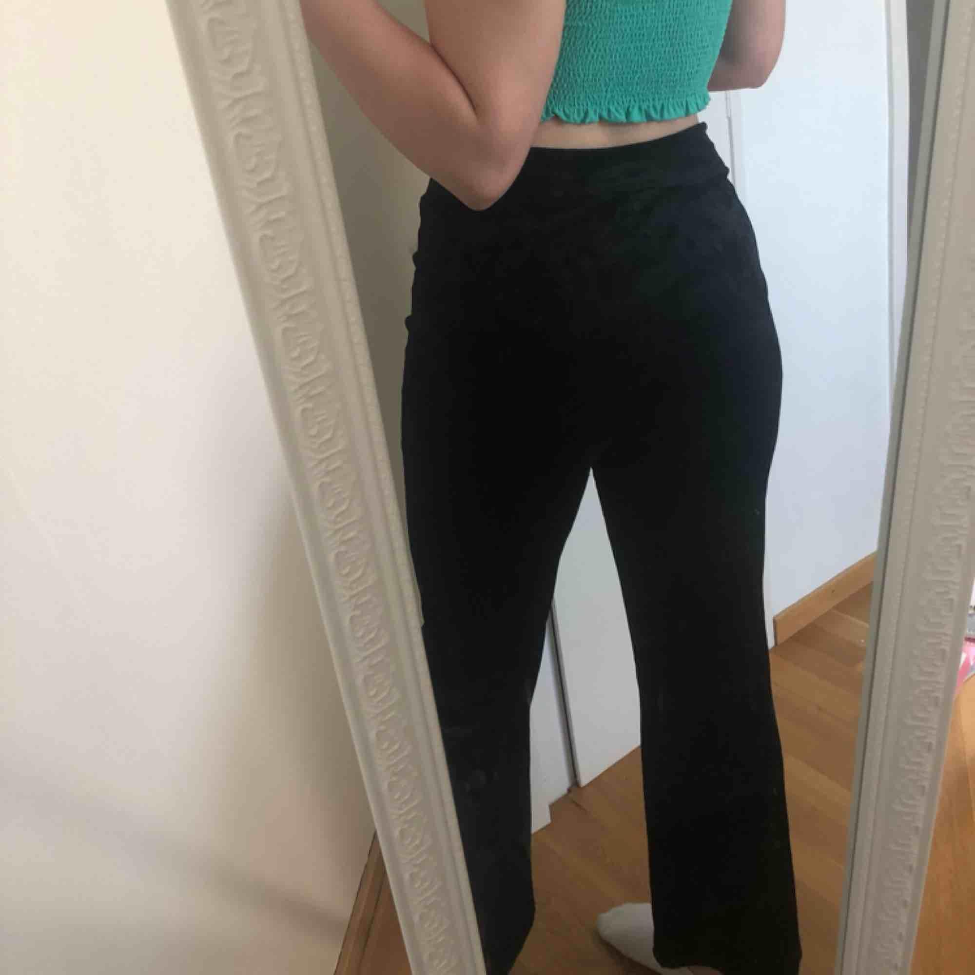 Velvet byxor från bikbok. . Jeans & Byxor.