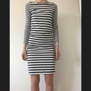 Jättefin blå-vitrandig klänning från Lindex. Storlek XS men jag skulle säga att den även passar s. Guldiga knappar på axlarna. Jag är 178 lång. 100kr inkl frakt.