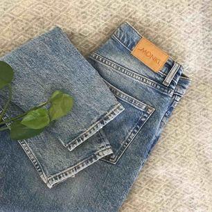 Jättefina jeans med en sliten touch från monki (köpta förra året, kanske finns kvar...?). Nyskick. Töjer sig lite efter tvätt o liknar mer storlek 27-28. 99% bomull 1% elastan.