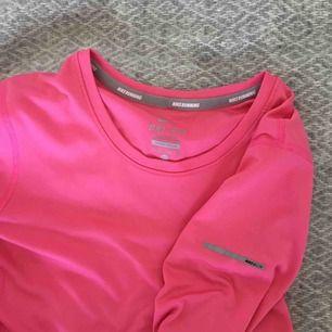 Långärmad träningstopp från Nike. Skön och luftig. Passar även s om en vill ha den tight.