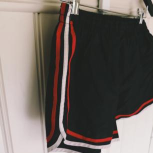 Coola retro shorts i lite prassligt material, märkta L men tycker de är som S eller M