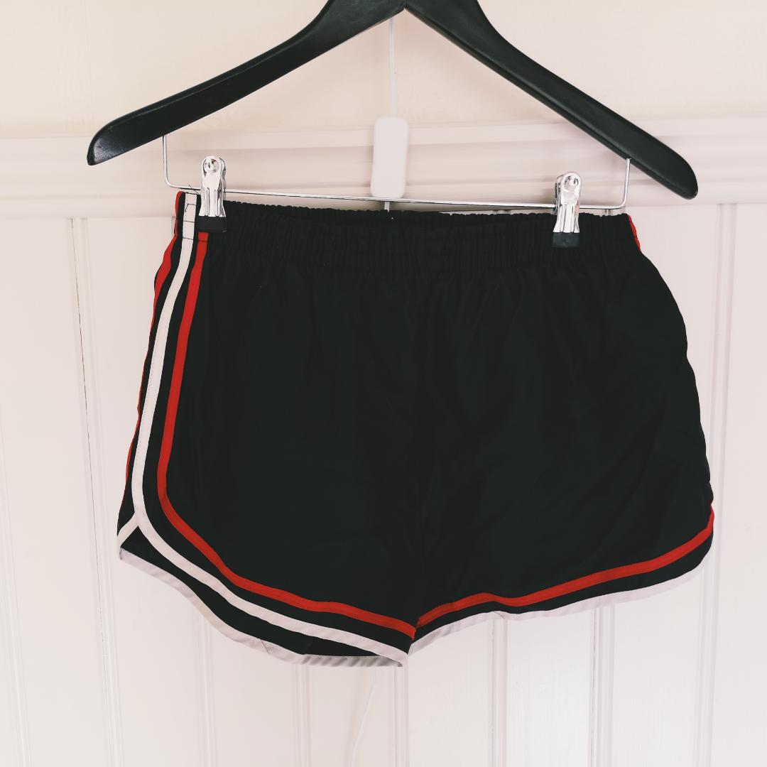 Coola retro shorts i lite prassligt material, märkta L men tycker de är som S eller M. Övrigt.