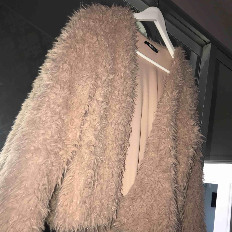 En jätte fin och skön pälsjacka från Gina Tricot i storlek M men passar även S.. Jackor.