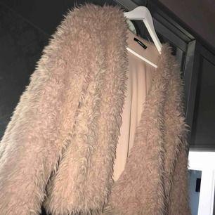 En jätte fin och skön pälsjacka från Gina Tricot i storlek M men passar även S.