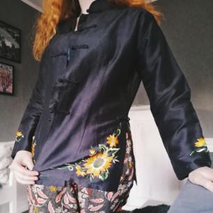 Superfin blus eller skjortliknande kimono. I silke, väldigt unik och fin. Stl S, jag på bilden är S, sitter lite stort men snyggt på mig.