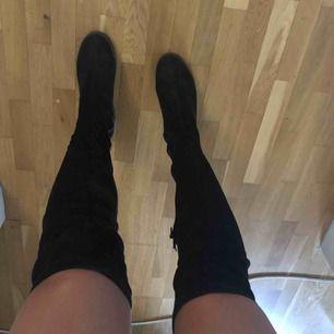 Svarta höga boots i mocka imitation. små klackar. Använda.