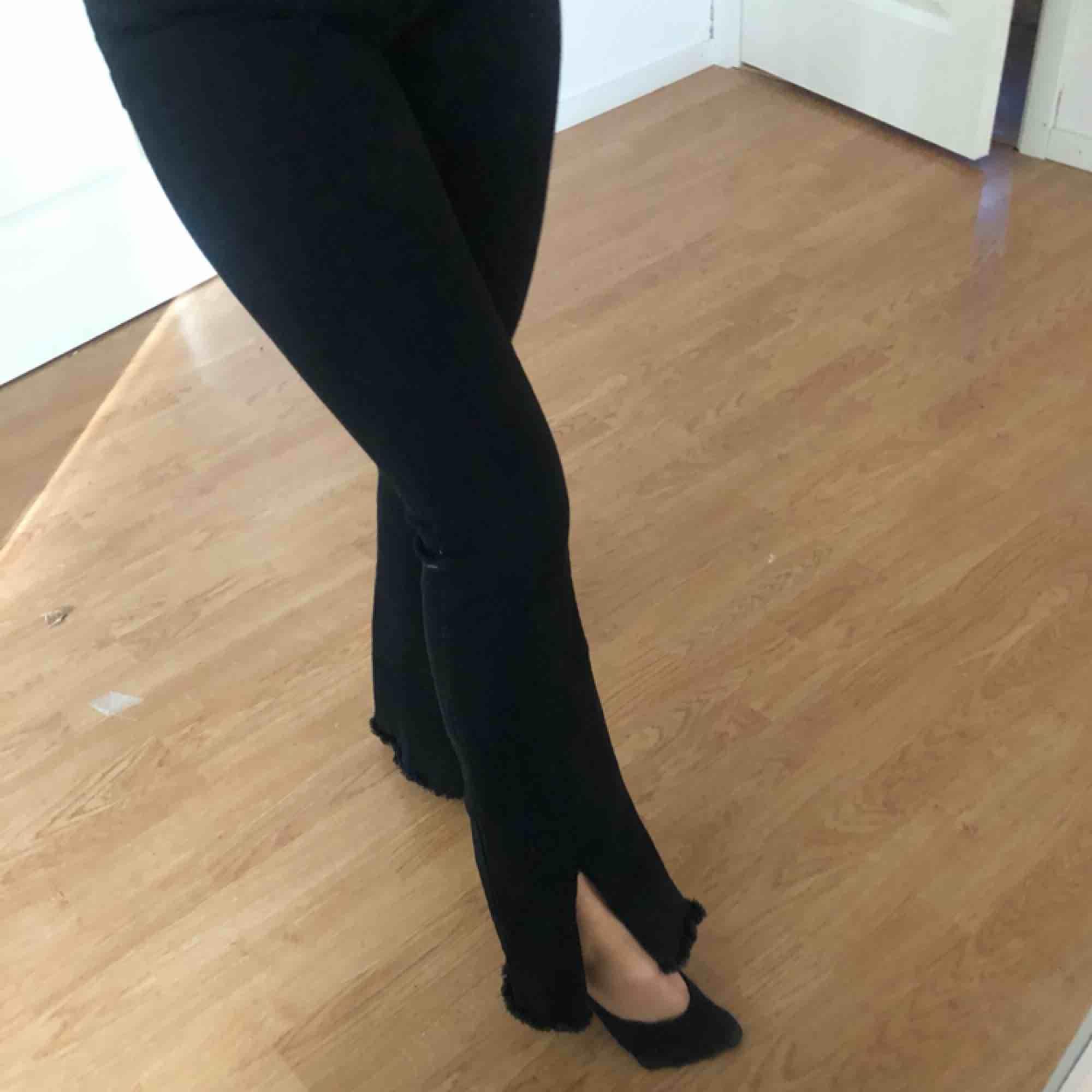 Svarta bootcut med slits . Jeans & Byxor.