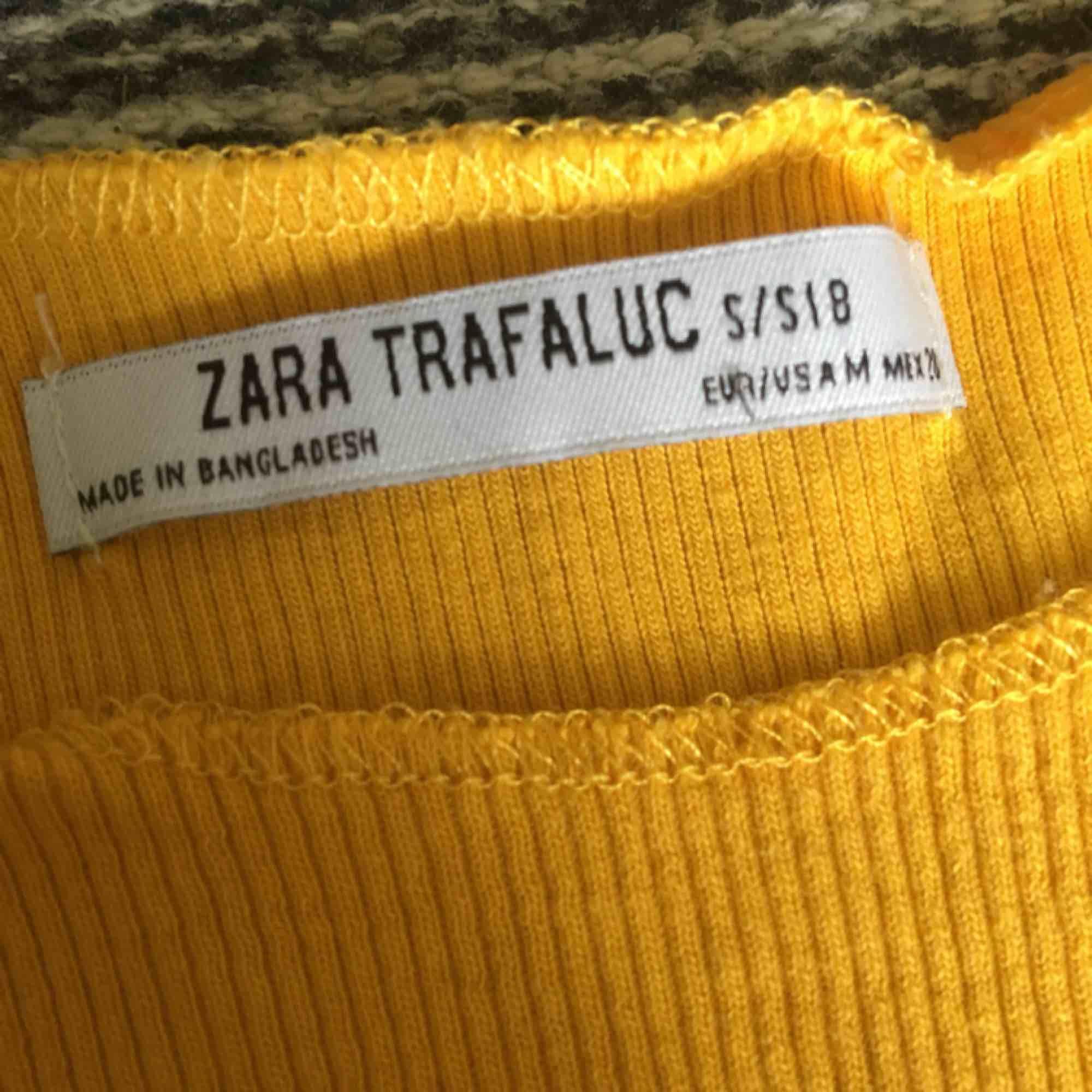 Superfin orangegul top köpt på Zara i Italien.   Frakt tillkommer🌿. Toppar.