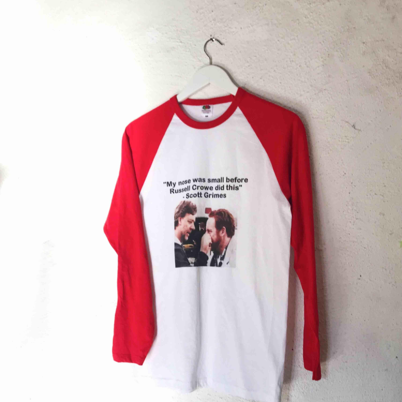 Cool tröja från Fruit of the Loom med tryck. I fint skick. Frakt tillkommer 🌹. Tröjor & Koftor.