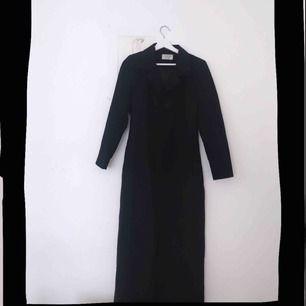 Superläcker lång svart kappa i tunnt fint material. Perfekt för våren och passar till allt! 🖤