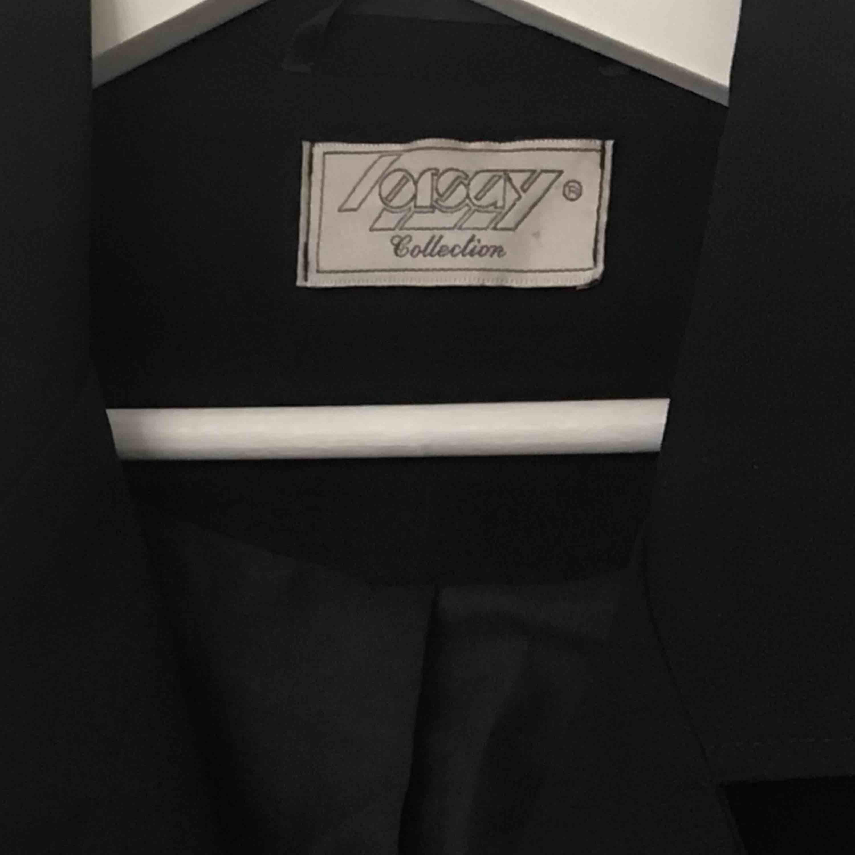 Superläcker lång svart kappa i tunnt fint material. Perfekt för våren och passar till allt! 🖤. Jackor.