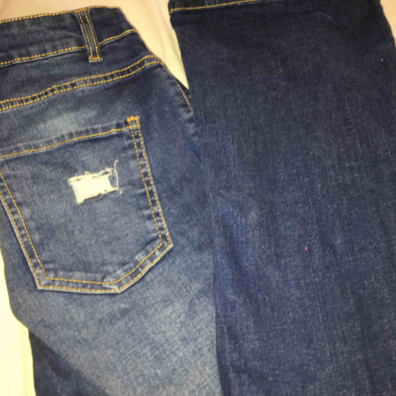 Snygga slitna bootcut byxor. Som inte passar mig och vill sälja dem så snabbt som möjligt. Passar för mig perfekt i längden och är 168. Jeans & Byxor.