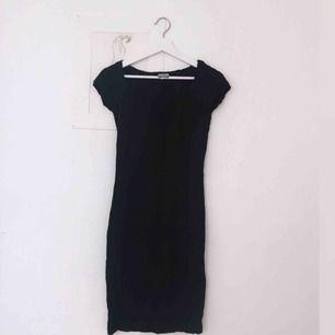 SÅÅ SNYGG svart klänning i syntet, riktigt läcker med fin detalj vid linningen! Köpt på Humana. Står att det är storlek 44 men jag skulle bedöma det som storlek 38! Perfekta festklänningen i sommar.