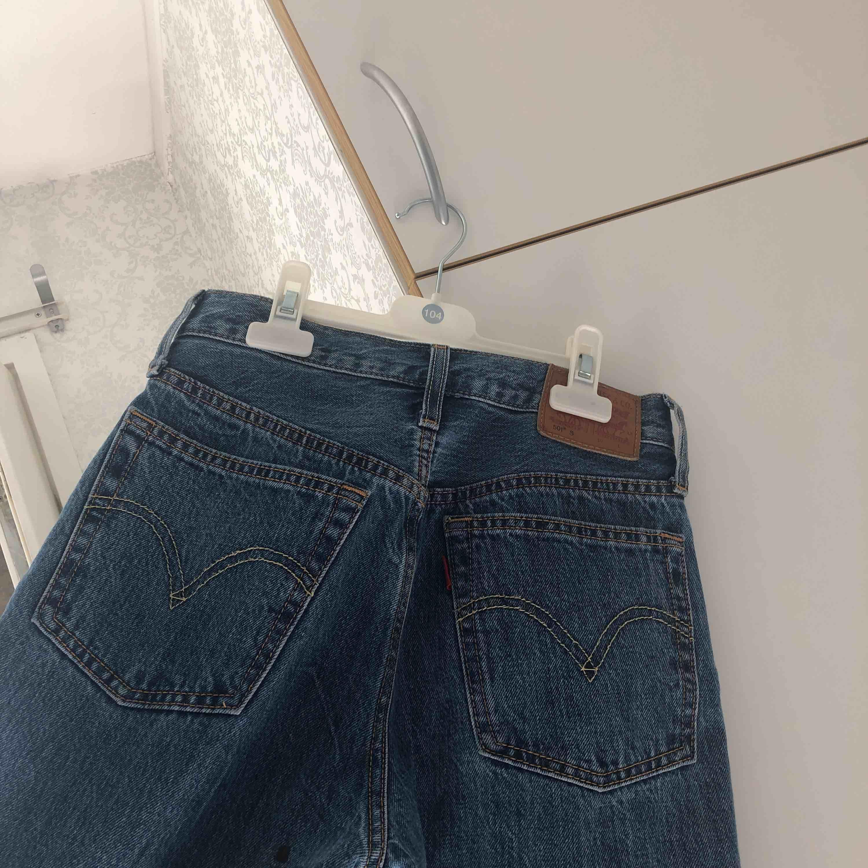 Sjukt snygga fast passar inte mig. De är helt nya och är så himla fina på en. Har aldrig sett snyggare jeans på en. Levis jeans är en skit fin modell, frakten blir 39kr❤️. Jeans & Byxor.