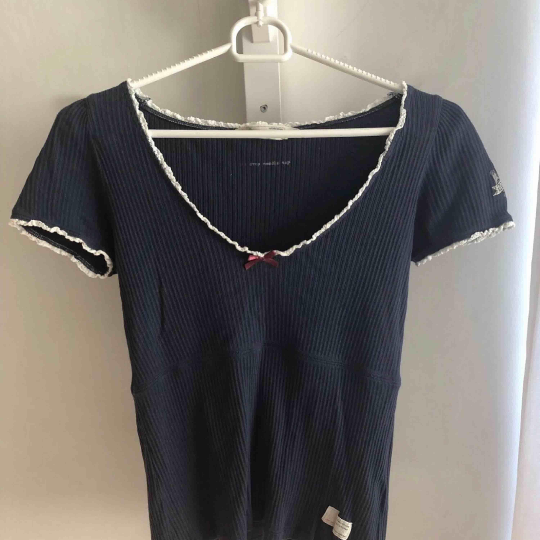 Säljer denna odd molly t-shirt som är köpt på Nelly.com för 595kr.  Möts upp i Karlskoga, kan även frakta men då står köparen för kostnaderna. . T-shirts.